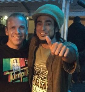 """Dietmar Ortkras mit Sebastian Sturm, dem Frontmann und Sänger von """"Marley's Ghost""""."""