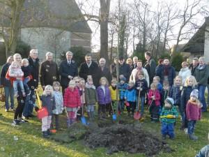 """Zum Auftakt des Wettbewerbs """"Unser Dorf hat Zukunft"""" wurde auch in Lette eine Dorflinde gepflanzt."""