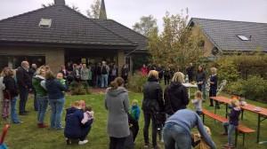 Auf dem Tag der offenen Tür begrüßt die Tagesmutter Simone Potthoff die zahlreichen Gäste im Garten der Tageseinrichtung an der Dechant-Kersting-Straße.