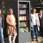 In Lette wurde ein öffentlicher Bücherschrank aufgestellt. Das Bild zeigt Dietmar Ortkras, Marion Funke, Katrin Populoh und Marie-Luise Rüter-Pennekamp (von links).
